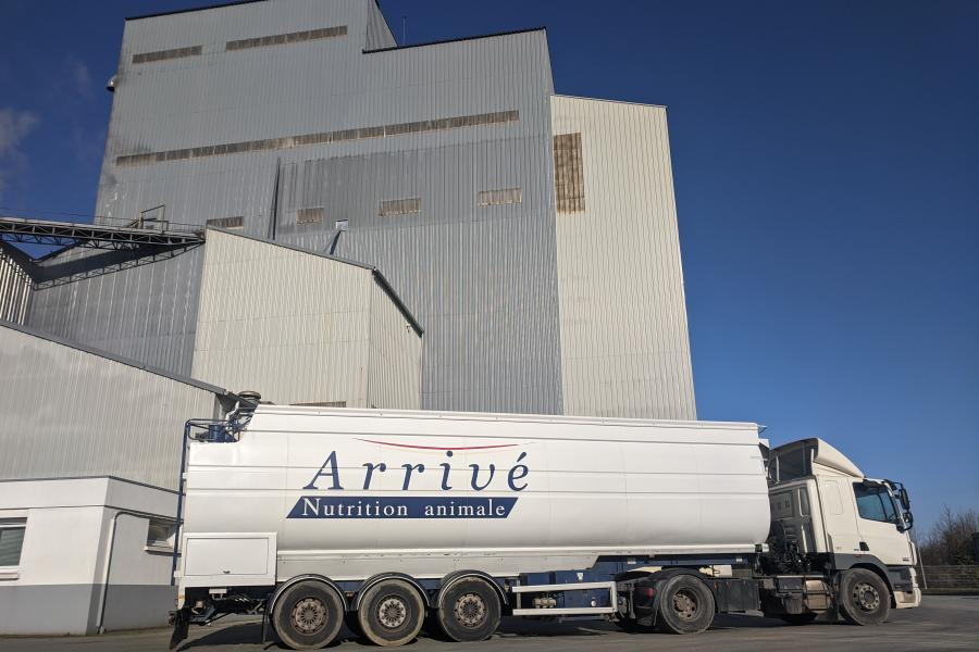 Camion ARRIVE NUTRITION ANIMALE devant l'usine